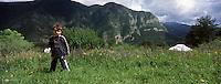 Europe/France/Provence-Alpes-Côtes d'Azur/06/Alpes-Maritimes/Alpes-Maritimes/Arrière Pays Niçois/Tende: Les Tentes autour du Monde au lieu dit : Barun-<br /> Alex cueille des fleurs