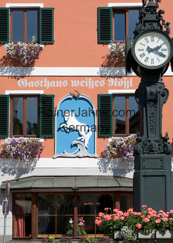 Austria, Styrian Salzkammergut, Bad Aussee: fountain with clock in front of Inn weisses Roessl
