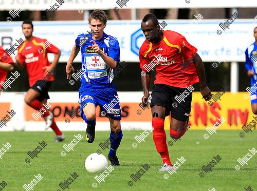 2010-08-22 / Voetbal / seizoen 2009-2010 / Kapellen - KV Turnhout / Michel Nkuman (Kapellen) probeert Thomas Wils af te schudden..Foto: Mpics