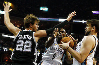 MEM05. TENNESSEE (EEUU), 25/04/2011.- El jugador brasileño de los Spurs de San Antonio Tiago Splitter (i) disputa la posesión del balón con Tony Allen (c) y Marc Gasol (d) de los Grizzlies de Memphis hoy, lunes 25 de abril de 2011, en un partido de los cuartos de final de la NBA disputado en el FedExForum de Memphis (EEUU). EFE/MIKE BROWN/PROHIBIDO SU USO PARA CORBIS