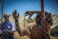 Tunisia Confine con la LIbia  - Campo profughi di Shousha . Un rifugiato si appoggia a una rete metallica<br /> Tunisia Confine con la LIbia  - Campo profughi di Shousha . Un rifugiato si appoggia a una rete metallica
