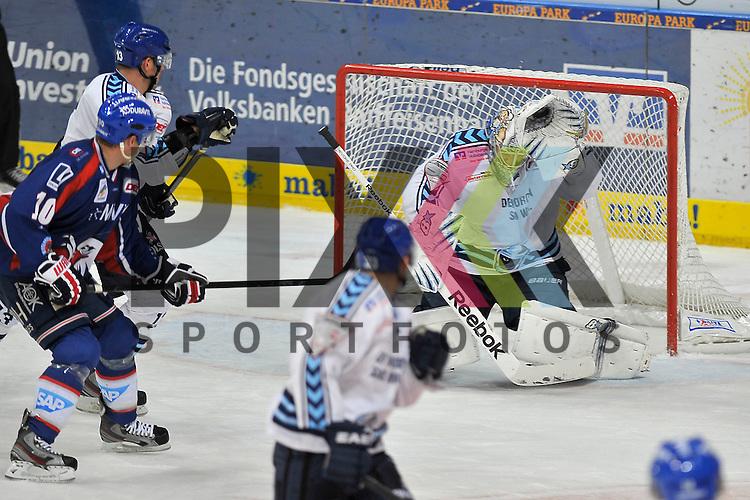 Mannheim 18.11.12, DEL, Adler Mannheim - Hamburg Freezers, Hamburgs Niklas Treutle faengt den Puck<br /> <br /> Foto &copy; Ice-Hockey-Picture-24 *** Foto ist honorarpflichtig! *** Auf Anfrage in hoeherer Qualitaet/Aufloesung. Belegexemplar erbeten. Veroeffentlichung ausschliesslich fuer journalistisch-publizistische Zwecke. For editorial use only.