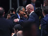Fussball International Ausserordentlicher FIFA Kongress 2016 im Hallenstadion in Zuerich 26.02.2016 AFC Presedent Scheich Salman Bin Ibrahim al Khalifa (li, Bahrain) gratuliert dem neuen FIFA Praesident Gianni Infantino (Schweiz) zu seiner Wahl
