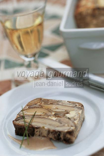 """Europe/France/Midi-Pyrénées/46/Lot/Lacave: Terrine de cèpes et morilles à la morue - Recette de Daniel Chambon chef du restaurant """"Le Pont de l'Ouysse"""""""