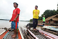 Houdon, (left), Fisherman from Laos living in Thailande, watch the Mekong with two friends, Chiang Khan, Thailande-2010