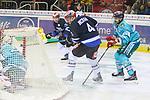 Schwenningens PhilipMcrae (Nr.4) will Duesseldorfs Goalie Mathias Niederberger (Nr.35)  von der Seite ueberraschen beim Spiel in der DEL, Duesseldorfer EG (hell) - Schwenninger Wild Wings (dunkel).<br /> <br /> Foto © PIX-Sportfotos *** Foto ist honorarpflichtig! *** Auf Anfrage in hoeherer Qualitaet/Aufloesung. Belegexemplar erbeten. Veroeffentlichung ausschliesslich fuer journalistisch-publizistische Zwecke. For editorial use only.