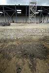GROOT AMMERS - Twee soorten Megatrax zijn hier zichtbaar op een 30.000 m2 groot bedrijventerrein voor Van der Vlist Speciaal -en Zwaartransport in Groot Ammers. Megatrax bestaat uit restgrond, baggerspecie en mijnsteen, dat verstevigd is met een poeder waardoor grote stevigheid onstaat en het als goedkoop alternatief voor beton kan functioneren als ondergrond. De grond  steunt op in de grond gemaakte heipalen. Onderaan is de verstevigde werklaag, daarboven ligt de grovere onderlaag voor de bedrijfshal. COPYRIGHT TON BORSBOOM.