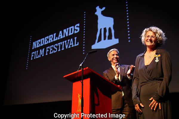 UTRECHT - 20090923 - FOTO: RAMON MANGOLD - .29STE NEDERLANDS FILMFESTIVAL, NFF 2009 - .APPLAUS VAN MINISTER PLASTERK (ONDERWIJS, CULTUUR EN WETENSCHAP) VOOR FESTIVAL DIRECTEUR DOREEN BOONEKAMP DIE HIJ NET GERIDDERD HEEFT IN DE ORDE VAN ORANJE-NASSAU..