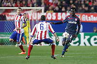 Atletico de Madrid´s Mandzukic (L) and Olympiacos´s N´Dinga during Champions League soccer match between Atletico de Madrid and Olympiacos at Vicente Calderon stadium in Madrid, Spain. November 26, 2014. (ALTERPHOTOS/Victor Blanco) /NortePhoto