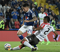 BOGOTA - COLOMBIA, 22-09-2018: Oscar Barreto (Izq) jugador de Millonarios disputa el balón con Diego Peralta (Der) jugador de Once Caldas durante partido por la fecha 11 de la Liga Águila II 2018 jugado en el estadio Nemesio Camacho El Campin de la ciudad de Bogotá. / Oscar Barreto (L) player of Millonarios fights for the ball with Diego Peralta (R) player of Once Caldas during the match for the date 11 of the Liga Aguila II 2018 played at the Nemesio Camacho El Campin Stadium in Bogota city. Photo: VizzorImage / Gabriel Aponte / Staff.