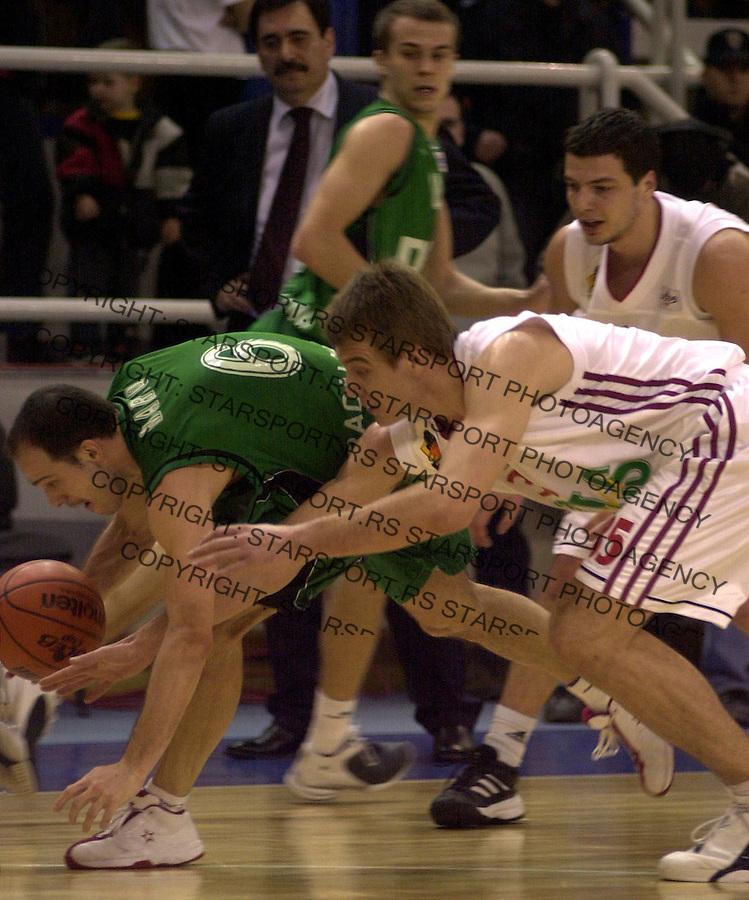 SPORT KOSARKA REFLEKS HUVENTUD ULEB KUP 3.3.2004.  Marco Carles i Vanja Plisnic foto: Pedja Milosavljevic<br />
