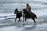 Cavalier galopant sur la plage de Taiohae. Ile de Nuku Hiva