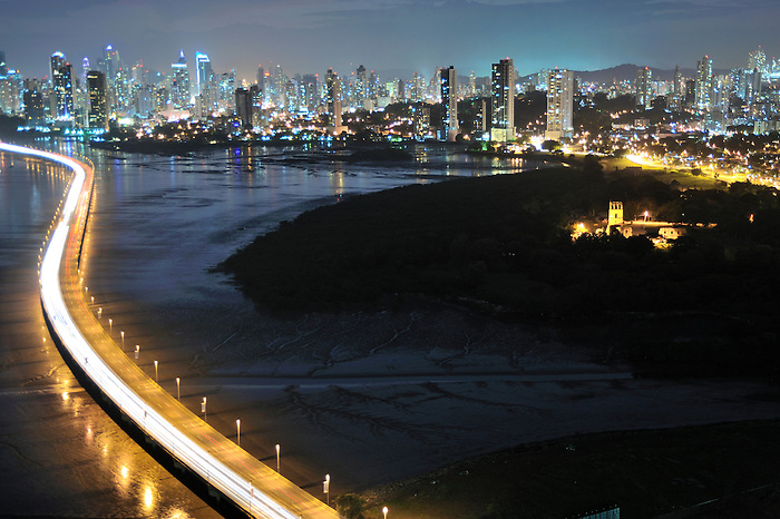 Panamá Viejo y Ciudad de Panamá / Panamá.<br /> <br /> Edición de 3   Víctor Santamaría.