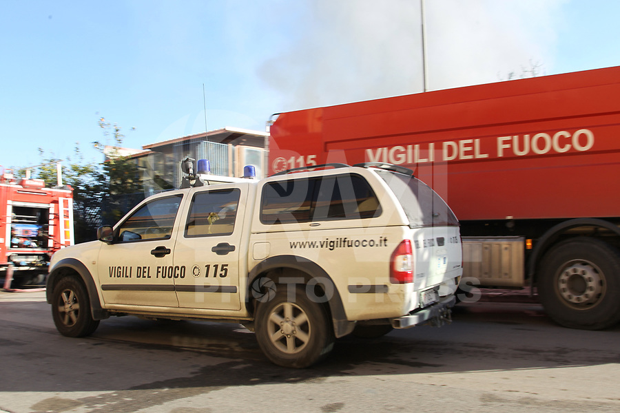 NAPOLI. ITALIA 14.02.2019 - INCENDIO-ITALIA - Um incêndio destruiu um armazém industrial em Casoria, nos arredores de Napoli na Italia nesta quinta-feira, 14. (Foto: Salvatore Esposito/Brazil Photo Press)