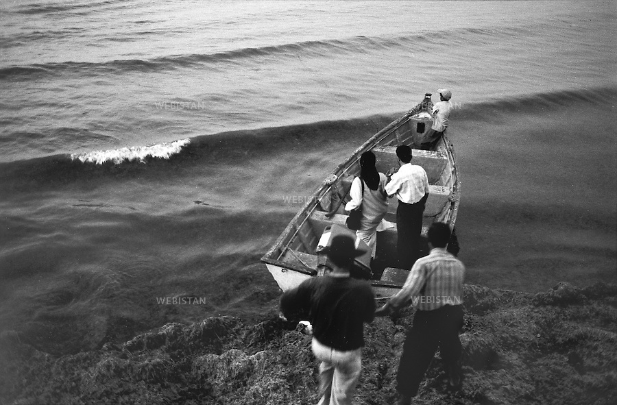 2000..Iran. Mazandaran Province. Ramsar. A group of people rent a boat to go on a small trip on the Caspian Sea. .Iran. Province de Mazandaran. Ramsar. Un groupe de personnes loue un bateau pour une balade sur la Mer Caspienne.