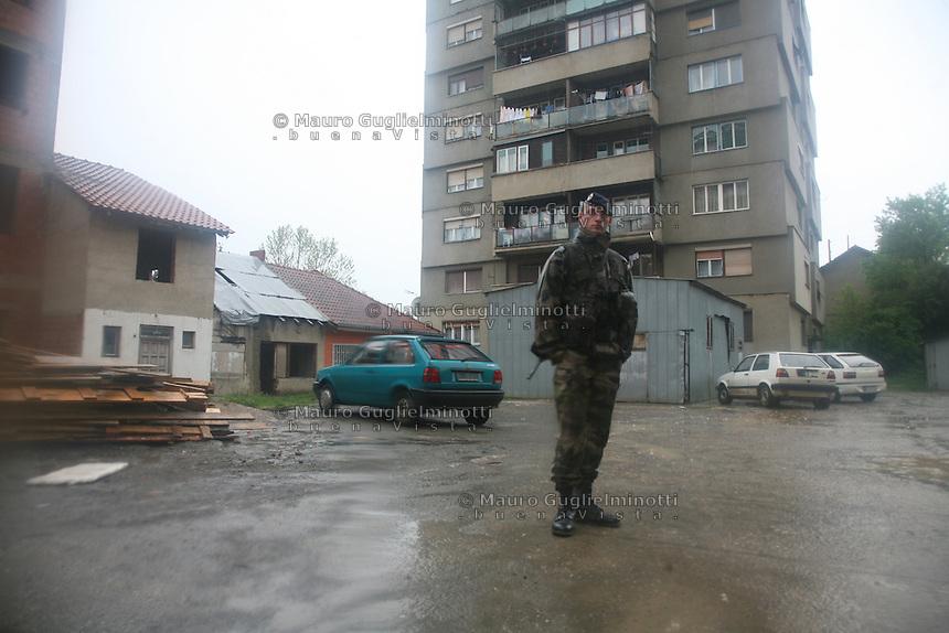 SERBIA - Mitrovica Città divisa in due dal fiume Ibar, a Nord abitata da Serbi e a sud da Kosovari albanesi Attualmente protetta da truppe internazionali della KFOR . pattugliamento di truppe francesi Tre condomini noti per essere sempre rimasti multietnici