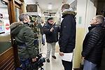 Foto: VidiPhoto<br /> <br /> ARNHEM &ndash; Het Arnhems Oorlogsmuseum 40-45 blijkt een unieke oorlogsverzameling in zijn bezit te hebben. Dat concludeert &rsquo;s werelds bekendste verzamelaar en handelaar van militairia uit de Tweede Wereldoorlog, Bruce Crompton. Samen met zijn filmteam van Discovery Channel bezocht hij dinsdag het bescheiden particuliere museum van Eef Peeters voor het programma Combat Dealers. Daarin wordt wereldwijd gezocht naar de meest bijzonder oorlogsmemorabilia. De documentaire wordt deze zomer uitgezonden in negentien verschillende landen. Crompton, die al eerder priv&eacute; het museum bezocht, reageerde enthousiast op de sensationeel zeldzame spullen en deed een poging om wat topstukken te kopen. Dat werd categorisch geweigerd door Peeters, omdat veel materiaal geschonken is. Zo bezit het museum onder andere een bankstel uit het Adelaarsnest van Hitler, een typemachine uit de F&uuml;rhrerbunker in Berlijn en de leren jas van generaal Sepp Dietrich. Materiaal uit de Tweede Wereldoorlog is big business en zijn veel geld waard. In Oost-Europa is daarom een heuse industrie ontstaan om deze spullen na te maken.