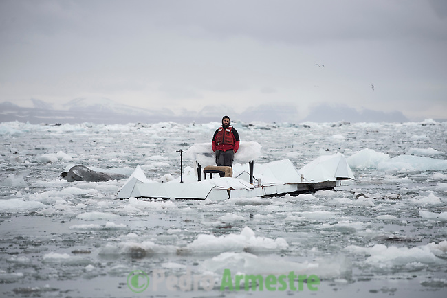 16/06/2016 Wahlenbergbreen Glacier, Svalbard, Norway<br /> Greenpeace holds a historic performance with pianist Ludovico Einaudi on the Arctic Ocean to call for its protection<br /> Through his music, acclaimed Italian composer and pianist Ludovico Einaudi has added his voice to those of eight million people from across the world demanding protection for the Arctic. Einaudi performed one of his own compositions on a floating platform in the middle of the Ocean, against the backdrop of the Wahlenbergbreen glacier (in Svalbard, Norway). The famous musician travelled on board Greenpeace ship Arctic Sunrise on the eve of a significant event for the future of the Arctic: this week's meeting of the OSPAR Commission, which could secure the first protected area in Arctic international waters. &copy; Pedro Armestre/ Greenpeace Handout - No ventas -No Archivos - Uso editorial solamente - Uso libre solamente para 14 d&iacute;as despu&eacute;s de liberaci&oacute;n. Foto proporcionada por GREENPEACE, uso solamente para ilustrar noticias o comentarios sobre los hechos o eventos representados en esta imagen.<br /> &copy; Pedro Armestre/ Greenpeace Handout - No sales - No Archives - Editorial Use Only - Free use only for 14 days after release. Photo provided by GREENPEACE, distributed handout photo to be used only to illustrate news reporting or commentary on the facts or events depicted in this image.<br /> <br /> <br /> 16/06/2016. Glaciar Wahlenbergbreen, Svalbard, Noruega<br /> Greenpeace organiza un concierto hist&oacute;rico con el pianista Ludovico Einaudi en el oc&eacute;ano &Aacute;rtico para pedir su protecci&oacute;n<br /> El prestigioso compositor y pianista italiano Ludovico Einaudi ha unido su voz, a trav&eacute;s de la m&uacute;sica, a la de los ocho millones de personas de todo el mundo que piden la protecci&oacute;n del &Aacute;rtico, con la interpretaci&oacute;n de una pieza creada especialmente para la ocasi&oacute;n sobre una plataforma flotante en mitad de ese 