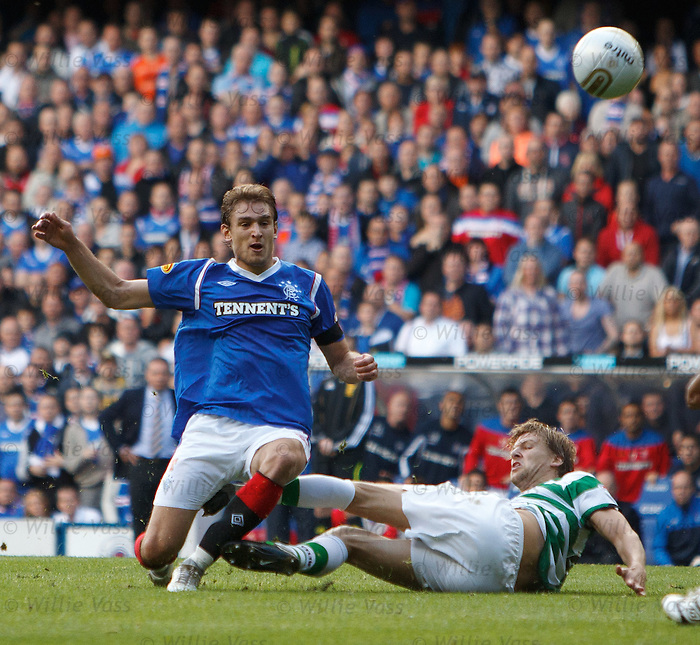Nikica Jelavic brought down by Glenn Loovens
