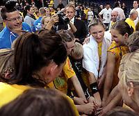 """1. Bundesliga Handball Damen - Frauen Handball BL DHB - Arena Leipzig - HC Leipzig : TSV Bayer 04 Leverkusen """"Handballelfen"""" - im Bild: Einschwören nach dem Sieg - mit Handtuch: Natalie Augsburg . Foto: Norman Rembarz..Norman Rembarz , Autorennummer 41043728 , Augustenstrt. 2, 04317 Leipzig, Tel.: 01794887569, Hypovereinsbank: BLZ: 86020086, KN: 357889472, St.Nr.: 231/261/06432 - Jegliche kommerzielle Nutzung ist honorar- und mehrwertsteuerpflichtig! Persönlichkeitsrechte sind zu wahren. Es wird keine Haftung übernommen bei Verletzung von Rechten Dritter. Autoren-Nennung gem. §13 UrhGes. wird verlangt. Weitergabe an Dritte nur nach  vorheriger Absprache.."""