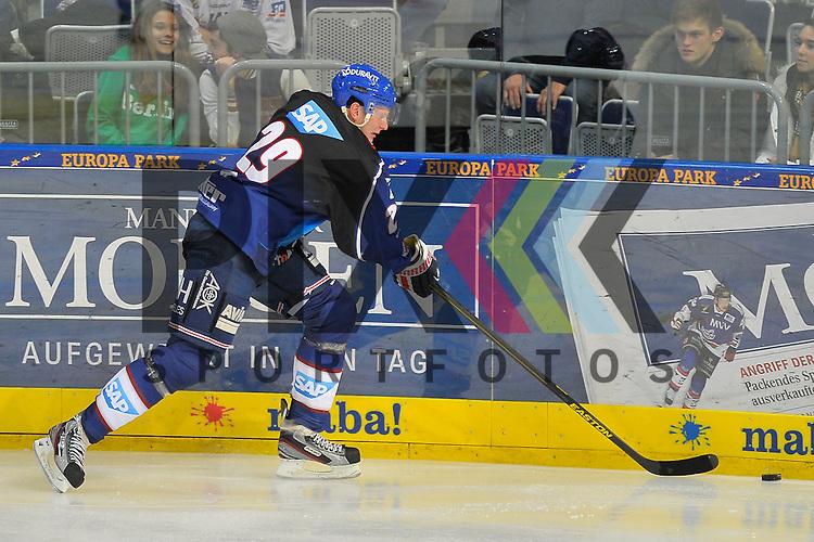 Mannheims Denis Reul (Nr.29) an der Bande mit dem Puck beim Spiel in der DEL, Adler Mannheim - Nuernberg Ice Tigers.<br /> <br /> Foto &copy; Ice-Hockey-Picture-24 *** Foto ist honorarpflichtig! *** Auf Anfrage in hoeherer Qualitaet/Aufloesung. Belegexemplar erbeten. Veroeffentlichung ausschliesslich fuer journalistisch-publizistische Zwecke. For editorial use only.