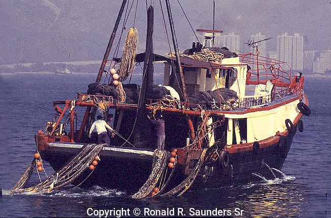 CHINESE FISHING BOAT IN HONG KONG HARBOR