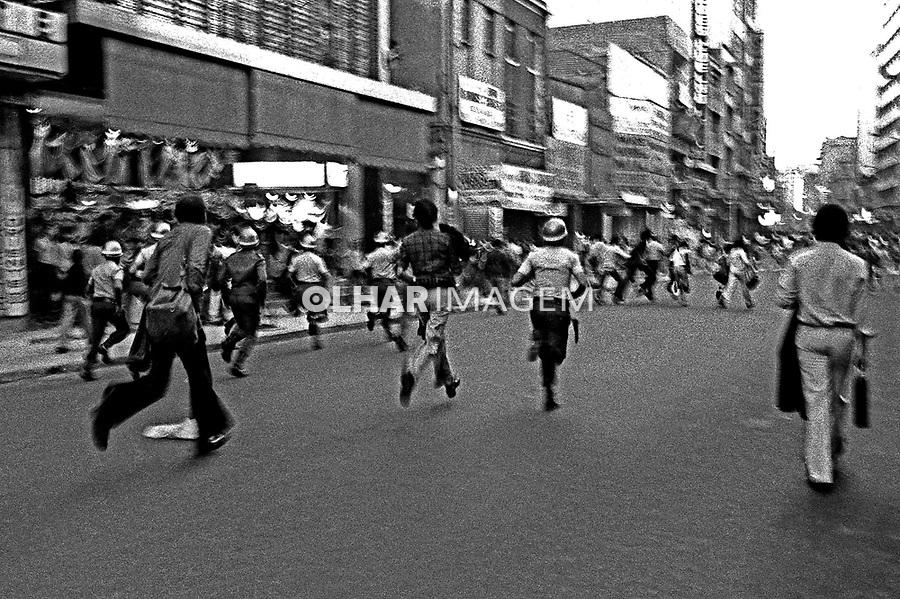 Manifestação estudantil contra a ditadura. SP. 15.06.1977. Foto de Juca Martins..