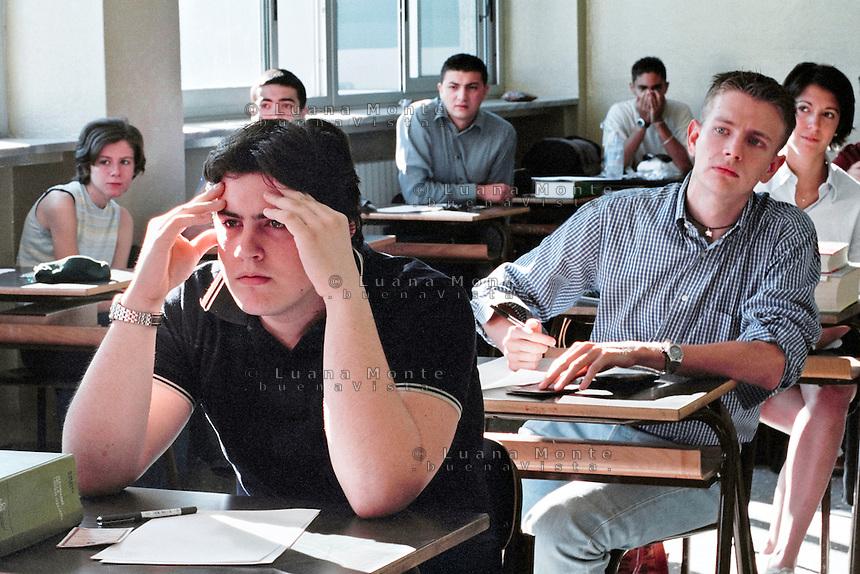Esami di marurit&agrave; al liceo scientifico Vittorio Veneto. Scuola media superiore. Milano, 15 luglio 2002<br /> <br /> Examination for Advanced-level General Certificate of Education. Vittorio Veneto High School. Milan, July 15, 2002