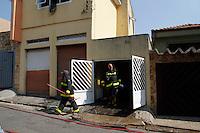 SÃO PAULO,SP,08 MARÇO 2012 - INCENDIO VILA PRUDENTE<br /> Bombeiros forma acionados para conter um incendio em uma residencia na rua Xavier da Rocha na Vila Prudente.FOTO ALE VIANNA/BRAZIL PHOTO PRESS.