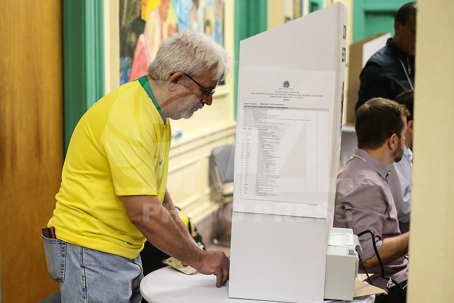 NOVA YORK, EUA, 07.10.2018 - ELEIÇÕES-2018 - Eleitores são visto em seção eleitoral em Nova York nos Estados Unidos neste domingo, 07. Brasileiros no exterior podem votar somente para presidente da República. (Foto: William Volcov/Brazil Photo Press)