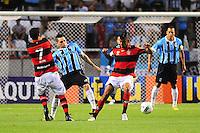 ATENCAO EDITOR: FOTO EMBARGADA PARA VEÍCULOS INTERNACIONAIS. - RIO DE JANEIRO, RJ, 16 DE SETEMBRO DE 2012 - CAMPEONATO BRASILEIRO - FLAMENGO X GREMIO - Para, jogador do Gremio, faz o desarme em Leo Moura,  durante partida contra o Flamengo, pela 25a rodada do Campeonato Brasileiro, no Stadium Rio (Engenhao), na cidade do Rio de Janeiro, neste domingo, 16. FOTO BRUNO TURANO BRAZIL PHOTO PRESS