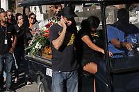 RIO DE JANEIRO, RJ, 17.06.2019: CRIME-RIO - Foi enterrado no cemitério de Francisco de Paula no Catumbi no centro do Rio de Janeiro, o cinegrafista Rafael Santos de 34 anos, depois de ser morto por uma bala perdida no morro da coroa no centro no último sábado (15) a irmã e sobrinho também foram atingidos acompanharam o sepultamento. (Foto: Celso Barbosa/Código19)