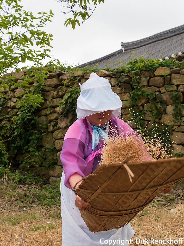 B&auml;urinnen in traditioneller Kleidung im Folk-village Naganneupsong-ehemalige Festung, Provinz Jeollanam-do, S&uuml;dkorea, Asien<br /> farmer in Folk-village Naganneupsong- a former fortress, province Jeollanam-do, South Korea, Asia