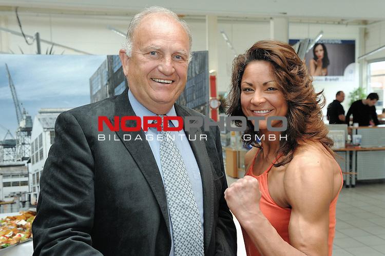 Universum Champions Night - Pressekonferenz / Press Conference  AUTOHAUS BRANDT - Bremen 27.04.2009<br /> <br /> WIBF- und WBC-Federgewichts-Weltmeisterin Ina Menzer GER )  gegen Franchesca &bdquo;The chosen one&ldquo; Alcanter ( USA )<br /> <br /> J&uuml;rgen L. Born ( EX - Vorsitzender der Gesch&auml;ftsf&uuml;hrung und Gesch&auml;ftsf&uuml;hrer Finanzen und &Ouml;ffentlichkeitsarbeit - Werder Bremen ) und Franchesca  Alcanter ( USA ) <br /> <br /> Foto &copy; nph (  nordphoto  )