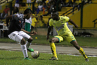 FLORIDABLANCA -COLOMBIA-8-MAYO-2016.Michael Balanta (Der.) del Bucaramanga    disputa el balón con Cristian Arrieta (Izq.) del Envigado FC  durante partido por la fecha 17 de Liga Águila I 2016 jugado en el estadio Alvaro Gómez Hurtado./ Michael Balanta (R) of Bucaramanga fights for the ball with Cristian Arrieta (L) of  Envigado FC during the match for the date 17 of the Aguila League I 2016 played Alvaro Gomez Hurtado . Photo: VizzorImage / Duncan Bustamante / Contribuidor