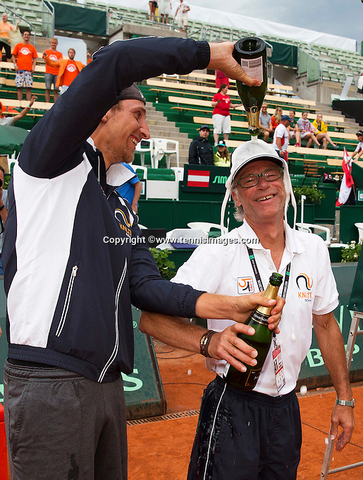 Austria, Kitzbühel, Juli 19, 2015, Tennis,  Davis Cup, The Dutch team celebrates, Thiemo de Bakker gives coach Martin Bohm a champagne shower<br /> Photo: Tennisimages/Henk Koster