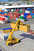 Déchargement des conteneurs sur le quai de Commerce International, Port Autonome de la Nouvelle-Calédonie