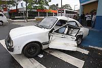 SAO PAULO, SP, 23/09/2013, ACIDENTE. Duas pessoas ficaram feridas em um acidente na Av Pedroso da Silveira com a Rua Silva Tels no bairro do Bras, na manha dessa segunda-feira (23). No acidente, que envolveu um caminhao e um automovel, duas pessoas (bolivianos) ficaram feridas e foram socorridas pelos bombeiros. O semaforo no local nao estava funcionando no momento do acidente. XXXXXXX. Xxxxxxxxxxxx. LUIZ GUARNIERI/BRAZIL PHOTO PRESS.