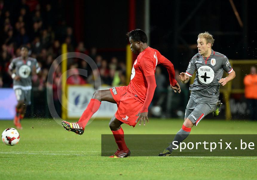 KV Kortrijk - Standard Luik : Elimane Coulibaly (links) aan de bal voor Yoni Buyens (rechts)<br /> foto VDB / Bart Vandenbroucke
