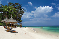 Mauritius, Pamplemousses, Trou aux Biches: Sun loungers and umbrellas on white sand beach | Mauritius, Pamplemousses, Trou aux Biches: Strand