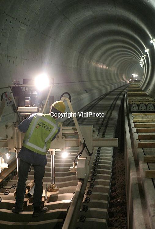 NLD-20040510-GROESSEN - In de spoortunnel onder het Pannerdensch Kanaal bij Groessen is maandag begonnen met de aanleg van de eerste rails. Dat gebeurt in opdracht van de Projectorganisatie Betuweroute door de aannemers Railtechniek Veenendaal en Koop Tjuchem. Het railwerk in de beide tunnelbuizen, met een totale lengte van 2800 meter, moet voor de bouwvak compleet opgeleverd zijn. Het leggen van de spoorstaven zelf gebeurt met een snelheid van ongeveer 800-900 meter per dag. ANPFOTO COPYRIGHT VIDIPHOTO