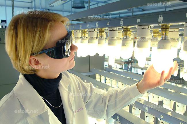POLEN, 02.03.Pila.Gluehbirnenwerk 'PHILIPS Lighting Poland S.A.', Hersteller von Leuchtmitteln fuer Verbraucher und Industrie, innen und aussen: Test- und Prueflabor fuer Leuchtstoffroehren/ Neonroehren und Energiesparlampen..Bulb factory  'PHILIPS Lighting Poland S.A.', producer of light sources for consumer and industry markets: Testing laboratory for neon lights and energy saving lamps..©Mariusz Forecki/est&ost