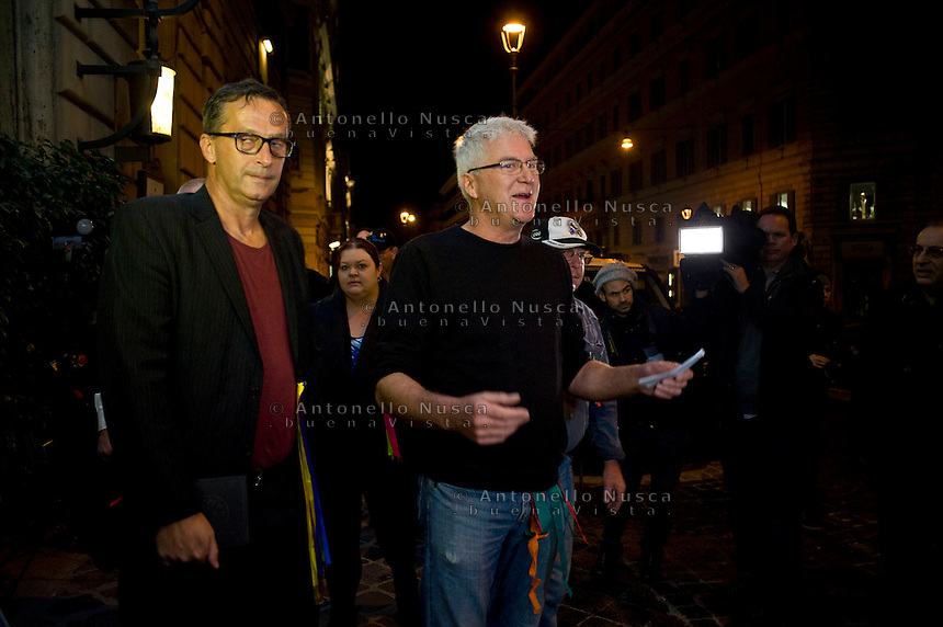 David Ridsdale (L) and Phil Nagle, membri del gruppo di vittime di abusi sessuali da parte di preti nell'istituto in cui andavano da giovani, arrivano all'hotel quirinale per assistere alla deposizione del Cardinale Pell di fronte alla Royal Commission che indaga sugli abusi.  David Ridsdale (L) and Phil Nagle, members of the group of victims and relatives of priestly sex abuses, talk to reporters as they arrive at the Quirinale hotel. Cardinal George Pell, the pope's chief financial adviser, told the royal commission into Institutional Responses to Child Sexual Abuse in three days of evidence this week that he was deceived twice by church authorities about child abuse allegations against priests Gerald Ridsdale and Peter Searson.