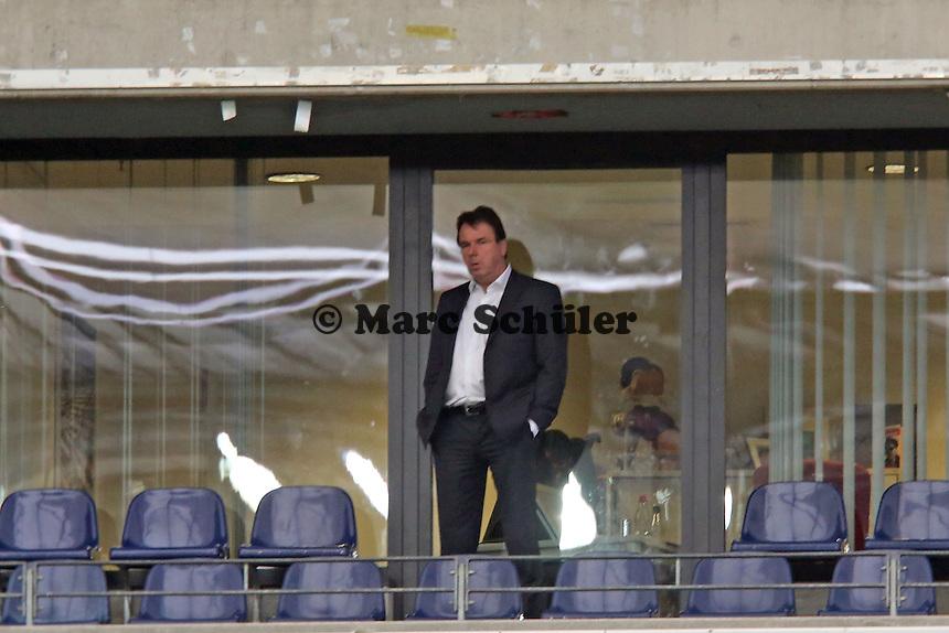Vorstandsvorsitzender Heribert Bruchhagen (Eintracht) sieht das Training von seinem Büro aus - Eintracht Europa League Training