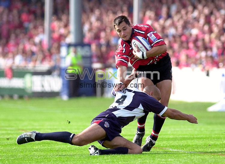 Pix: Ben Duffy/SWpix.com....Zurich Premiership Rugby Union....Gloucester v Bristol......21/09/2002...COPYWRIGHT PICTURE©>>SIMON WILKINSON>>01943 436649>>..Gloucester's Thinus Delport looks for a way past Bristol's Garath Archer