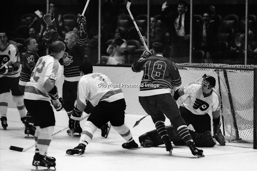 Seals score against the Philadelphia Flyers 1967.<br />