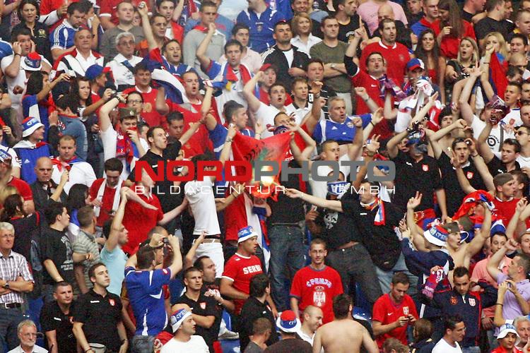 UEFA Euro 2008 Test - Deutschland (GER) vs. Serbien ( SRB ) 2 - 1 am 31.05.2008 in Gelsenkirchen - Auf Schalke<br /> Freundschaftsspiel - Friendlymatch<br /> <br /> Mit einer bengalischen Fackel, verbrennen radikale Fans eine albanische Fahne.<br /> <br /> Foto &copy; nph (  nordphoto  ) *** Local Caption ***