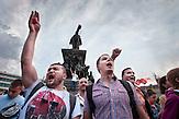 Auftakt der größten Proteste in Sofia/Bulgarien seit 1997. Nach der Berufung von  Delyan Peevski  einem Oligarchen und Medienmogul zum Chef des Geheimdienstes DANS, brachte das tausende Sofioter auf die Straße. Gegen ihn wurde auch früher wegen mafioser Geschäfte polizeilich ermittelt. Es ist der Auftakt einer tagelangen friedlichen Protestreihe. Einen Tag nach der Berufung trat er zurück. Nun fordern die Demonstranten nach diesem Skandal den Rücktritt der gesamten Regierung.