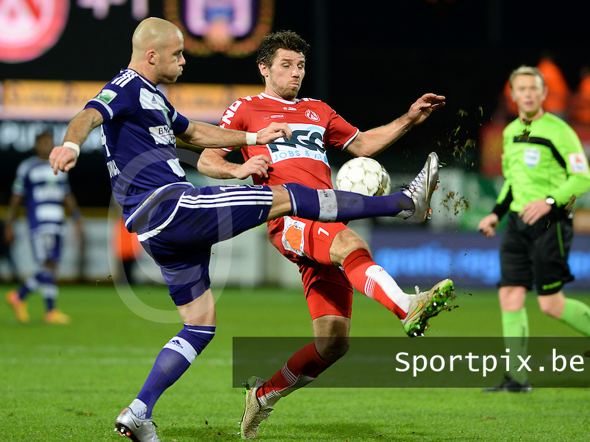 KV Kortrijk - RSC Anderlecht : duel tussen Stijn De Smet (r) en Bram Nuytinck (links) <br /> Foto VDB / Bart Vandenbroucke