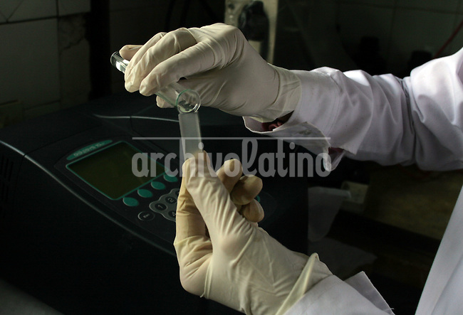 Una quimica analiza una muestra de suelo en el laboratorio del Instituto Nacional de tecnologia Agropecuaria, INTA, en Pergamino. Las investigaciones del INTA lograron multiplicar la produccion agropecuaria de la Argentina, cuyo 45 por ciento de las exportaciones esta relacionada al campo.*A chemistry analize a sample of land at the National Institute of Agriculture Technology in Pergamino, 150 miles from Buenos Aires. The Institute carries agriculture investigations to help farmers to make more and better products. Of Agentina exports, 45 percent come from agriculture...